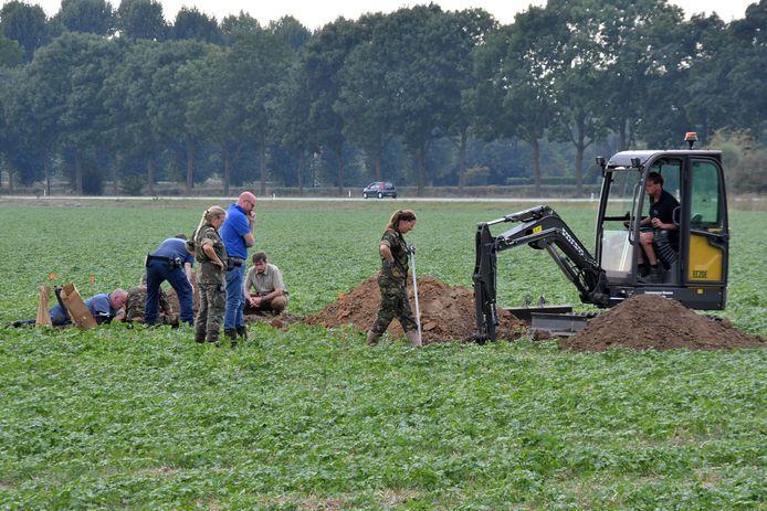 Gisteren is in het veld bij de Thornse Molen gezocht naar de Airborne-militairen die nu bijna 75 jaar vermist zijn.