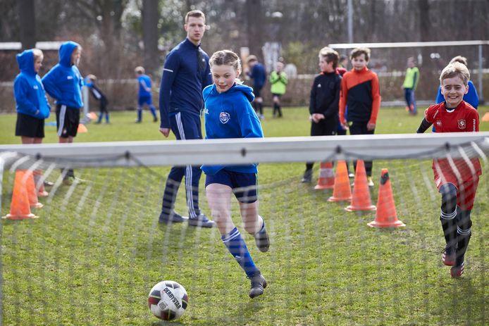 Voetbalvereniging DEO houdt clinics voor de jeugd, iets dat lange tijd niet kon door corona.