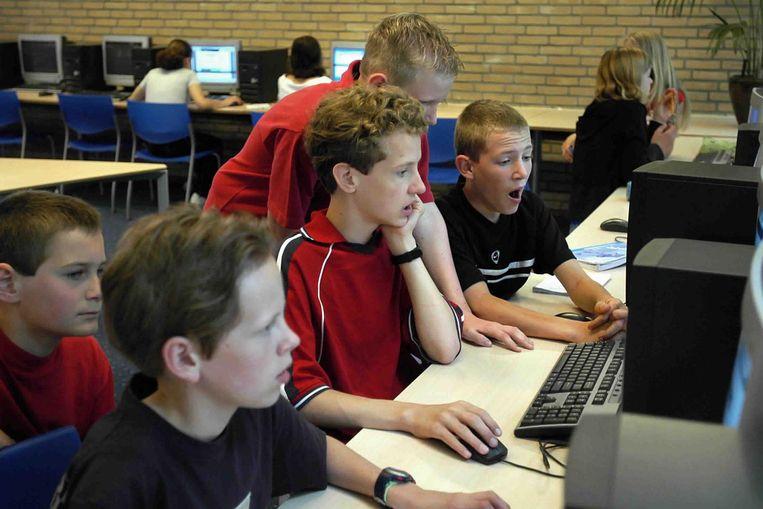 Brugklassers doen zelfstudie in een computerlokaal. Beeld Marcel van den Bergh / de Volkskrant