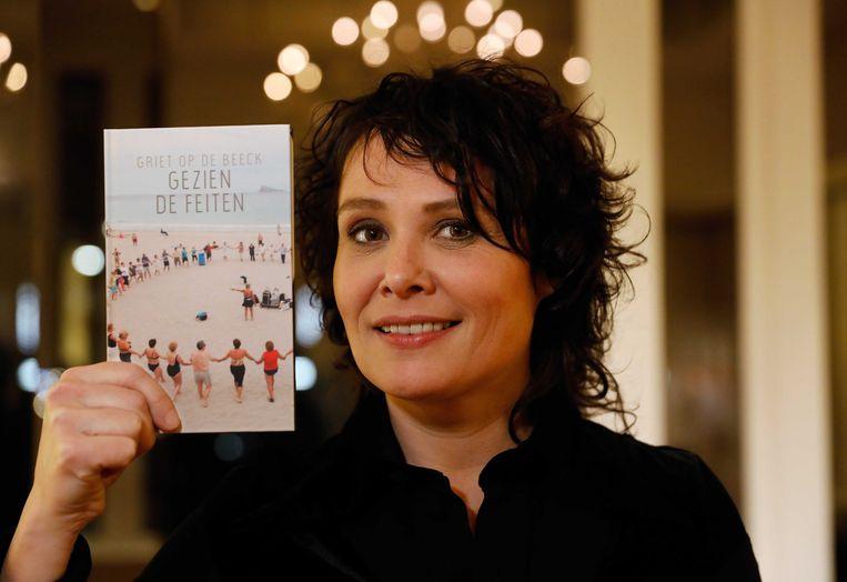 Griet Op de Beeck met 'Gezien de feiten', het boek dat ze schreef als boekenweekgeschenk. Beeld ANP