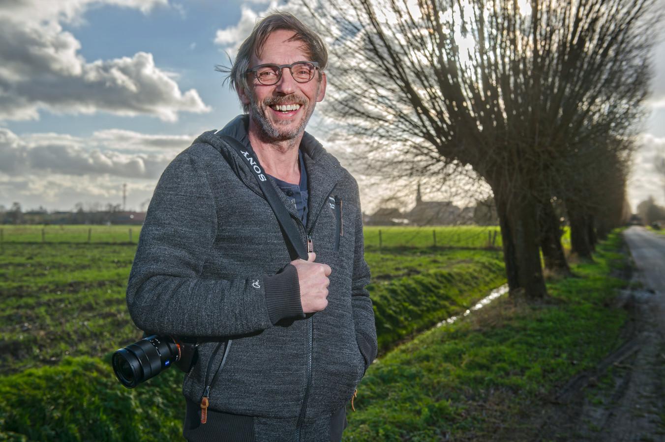 Jan Gabriëls in het buitengebied van Loosbroek, waar hij graag fotografeert.