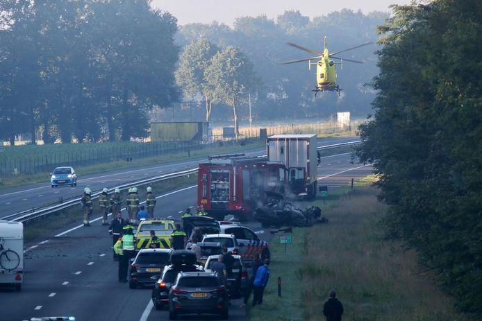 Op de A73 bij Vierlingsbeek is een auto uitgebrand bij een ongeluk. De bestuurder is zwaargewond naar het ziekenhuis gebracht.