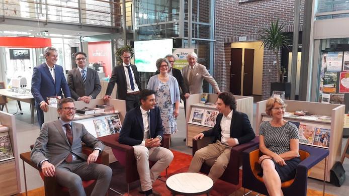 De Rhenense onderhandelaars, de beoogd wethouders, formateur Rudi Boekhoven en burgemeester Hans van der Pas genoeglijk bijeen na het ondertekenen van het coalitieakkoord.
