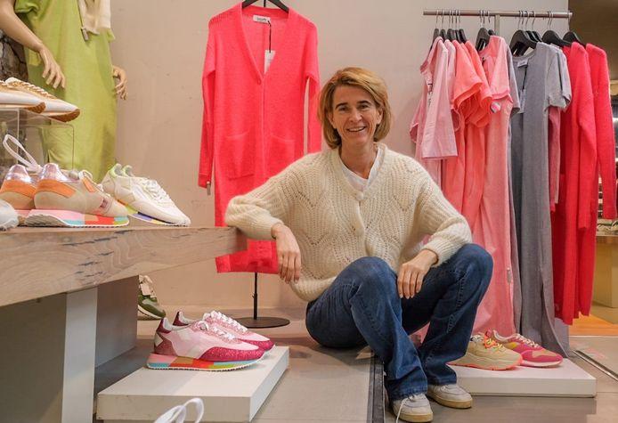Via Lunga verhuist naar Schoenen Verduyn in de Lange Steenstraat 24, om er zo een echte lifestyle winkel van te maken. Op de foto: zaakvoerster Julie Verduyn.