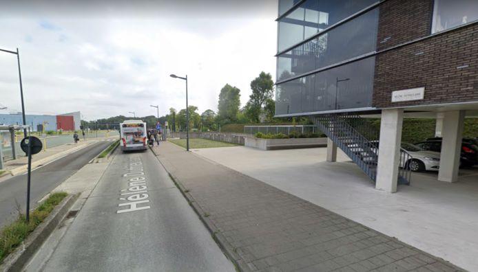 De bewoners moeten de busbaan kruisen om in de ondergrondse garage te geraken. Maar op de busbaan rijden, mag niet.