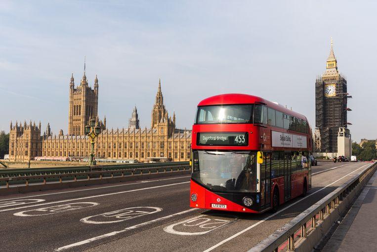 Een bus rijdt door Londen. De prijzen van onder meer gas, elektriciteit, benzine en voedsel zijn gestegen. Beeld EPA
