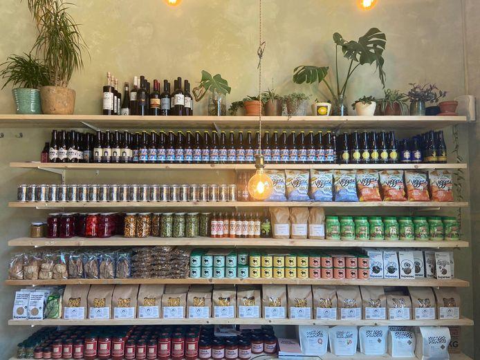 Veel Belgische producten in het kruideniersrek.