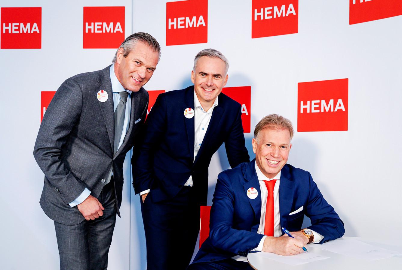 Tjeerd Jegen (midden) tijdens het tekenen van het vorige koopcontract met voormalig eigenaar Marcel Boekhoorn (rechts) in oktober 2018. Boekhoorn verloor Hema in juni aan de grootste schuldeisers. Die zetten het warenhuis vervolgens in de etalage, waarop Van Eerd en Parcom toehapten.