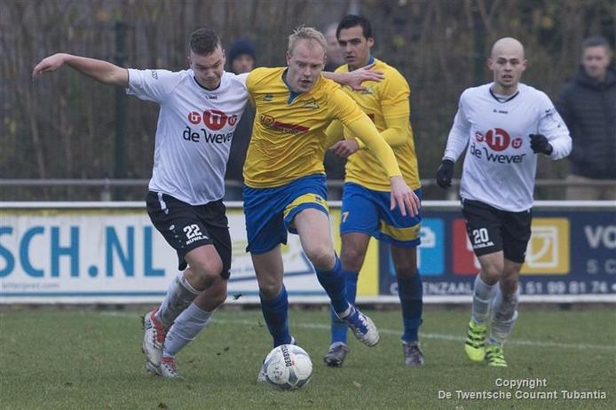 Koen Vehof stoomt op namens De Esch in de ontmoeting met SVZW. De voormalige hoofdklasser uit Wierden was een maatje te groot voor de Oldenzalers: 0-4.