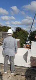 Wethouder Cees Lok bekijkt de sloopwerkzaamheden van het stadskantoor in Roosendaal.
