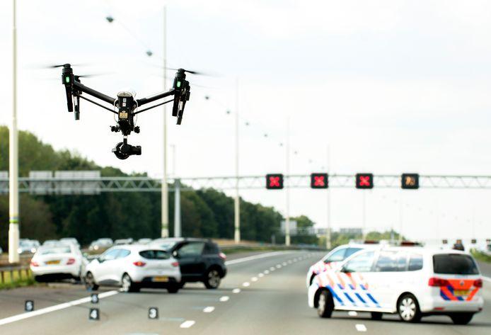De A12 Utrecht-Den Haag  na een groot verkeersongeluk ter hoogte van Woerden. Bij het onderzoek werd een drone gebruikt voor luchtfoto's.