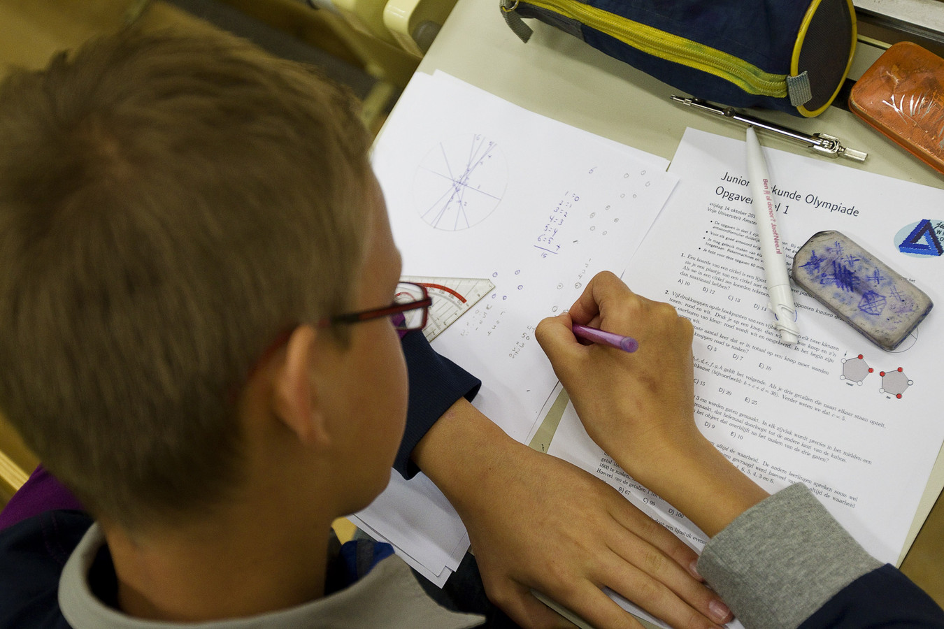 Een basisschoolleerling neemt deel aan de Junior Wiskunde Olympiade. Het gemiddelde rekenniveau van kinderen  is in omringende landen hoger dan in Nederland.