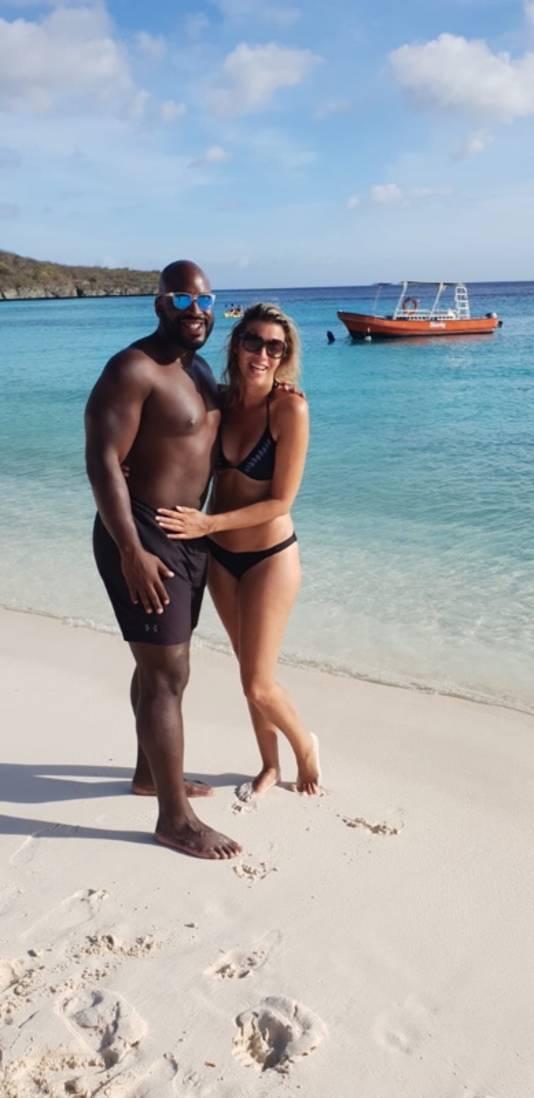 Op het strand op Aruba ontmoetten de twee tortelduifjes elkaar.