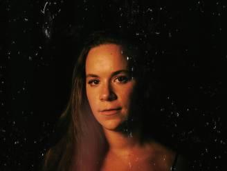 """Limburgse Joyce (23) schrijft emotioneel nummer over impact coronacrisis op mentale gezondheid: """"Grote stap om gevoelens te tonen"""""""
