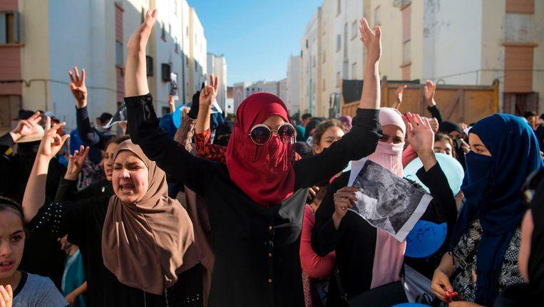 Demonstranten van Hirak, de beweging die strijdt voor onafhankelijkheid van de Rif, roepen leuzen tegen de Marokkaanse regering. Imouzren, 11 juni 2017. Beeld reuters