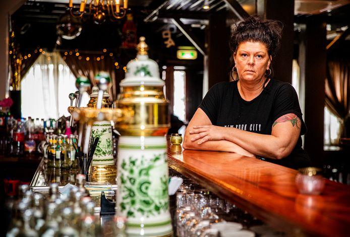 Cien Blokland aan de toog van haar café De Blokkies. ,,Wat een geweldige avonden hebben we hier meegemaakt.''