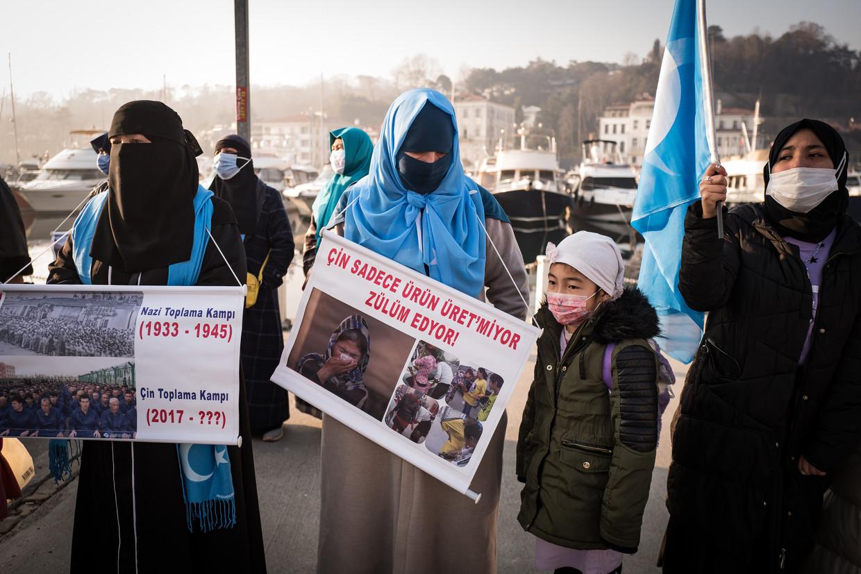 Oeigoeren demonstreren bij het Chinese consulaat in Istanbul voor vrijlating van hun familieleden in Oost-Turkestan, door China in 1949 omgedoopt tot de provincie Xinjiang. Beeld Nicola Zolin