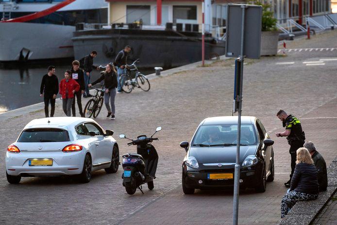 Politie op de Arnhemse Rijnkade tijdens een eerdere handhavingsactie.