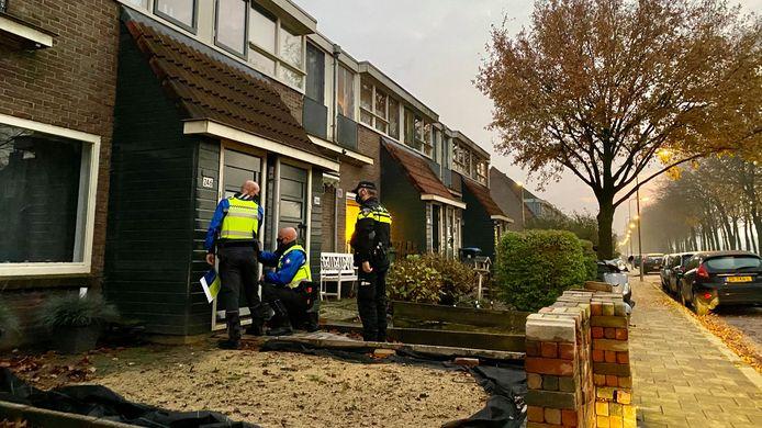 Politie en handhaving sluiten de woning. 'Gesloten op bevel van de burgemeester van Arnhem', wordt op de woning geplakt.