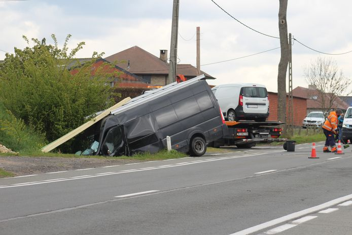 Door de aanrijding belandde de bestelwagen in de gracht. Op de foto is de aanhangwagen al getakeld.
