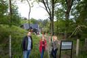 Gerwin Vlijm, Jolanda Heshusius en Manon Hoekstra bij het voormalige vakantiepark in Doornspijk, eerder dit jaar. Zaterdagavond was daar een steekpartij.