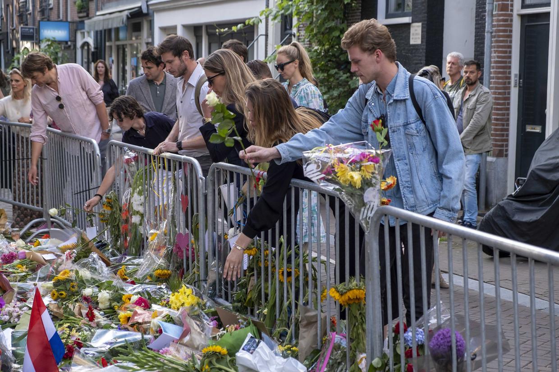 Medewerkers van RTL Boulevard leggen bloemen op de plek in de Lange Leidsedwarsstraat waar misdaadverslaggever Peter R. de Vries werd neergeschoten. Beeld BELGAIMAGE