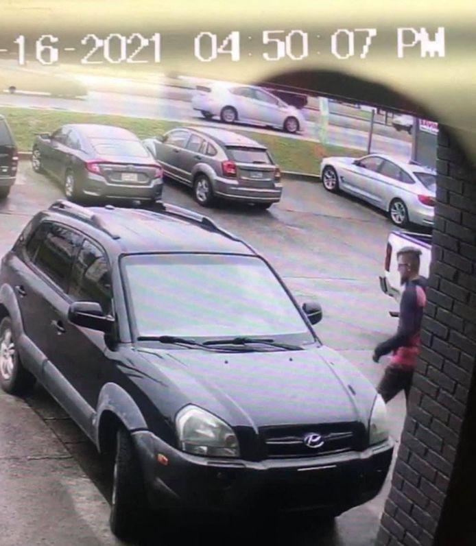 Image issue d'une caméra de vidéo surveillance et diffusée par le bureau du shérif de Cherokee sur laquelle on aperçoit le suspect.