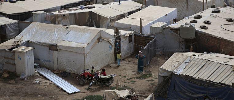 In Libanon zijn geen officiële kampen; armlastige vluchtelingen moeten ergens een braakliggend stuk grond vinden, en bouwen dan zelf hutjes met bijeengesprokkeld materiaal. Beeld REUTERS