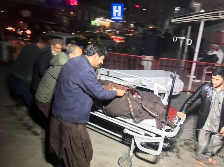 Een man wordt vlak na de aanslag naar het ziekenhuis gevoerd.