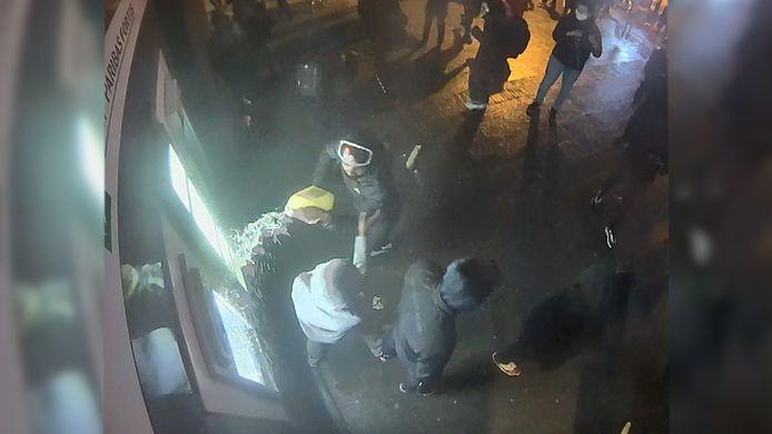 De man goot een jerrycan benzine uit over de voorgevel.