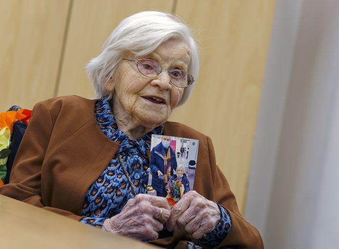 Zuster Marcelliana uit Schijndel toont een foto van haar bezoek aan de prikpost in Veghel.