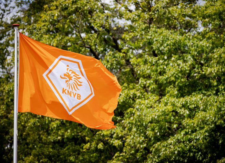 De KNVB-vlag wappert in Zeist, bij het hoofdkantoor. Beeld ANP