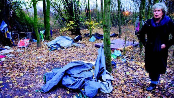 Een hulpverleenster van De Tussenvoorziening schrikt van de slechte omstandigheden in het daklozententenkampje langs de A27, even buiten Utrecht. De zwervers krijgen wel zorg. FOTO MARNIX SCHMIDT