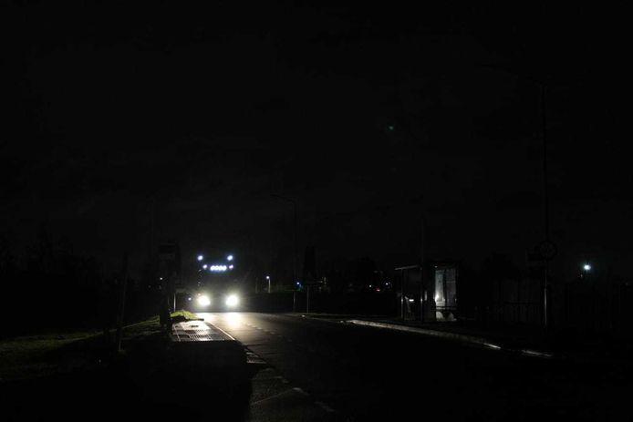 Een vrachtwagen rijdt over de nu gevaarlijk donkere Bandijk.