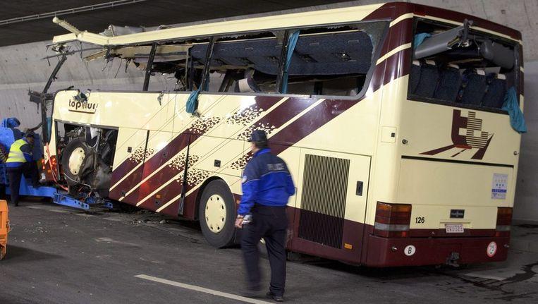 Het wrak van de bus in de tunnel bij het Zwitserse Sierre. Beeld ANP