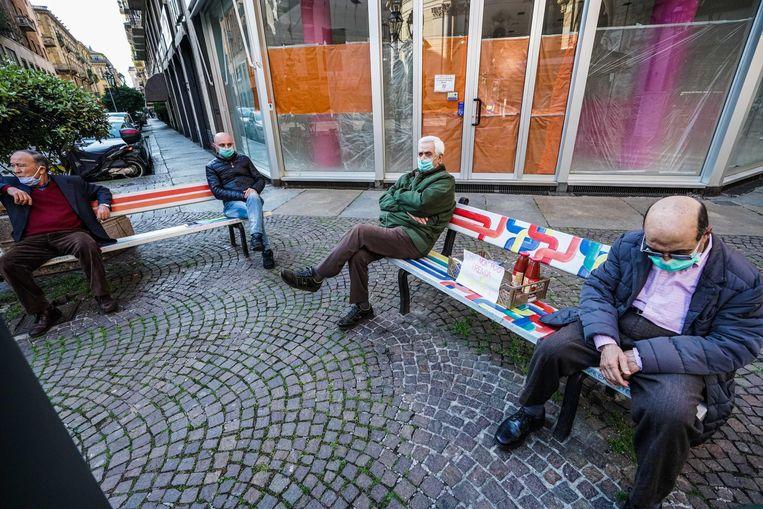 Ouderen in Turijn, Italië, houden elkaar op afstand. Beeld EPA