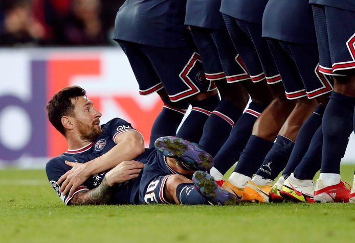 Lionel Messi als muurligger.