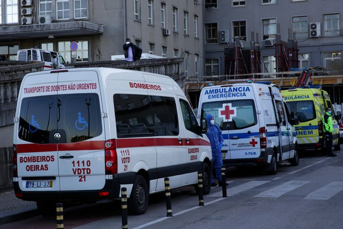 Een files van ambulances bij Hospital Santa Maria in Lissabon.