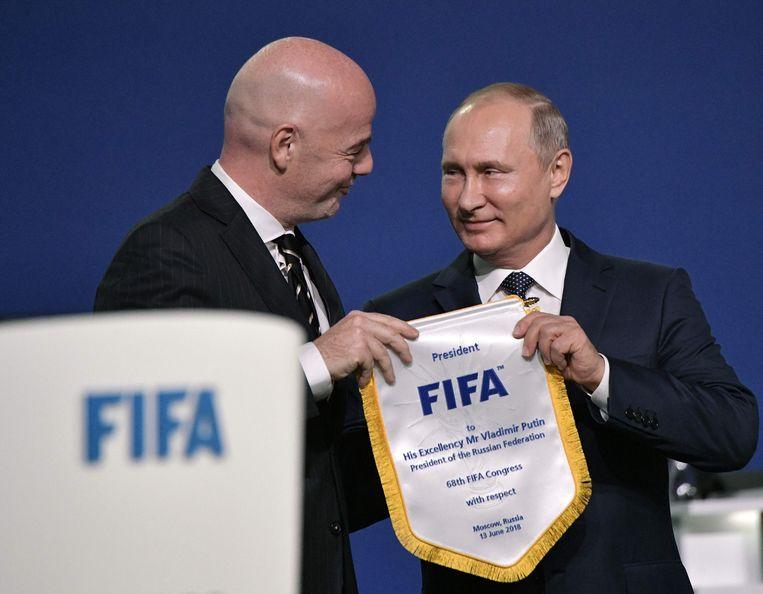Huidig FIFA-voorzitter Gianni Infantino en Vladimir Poetin op het 68ste FIFA-congres. Poetin was een van de kingmakers. Beeld AFP