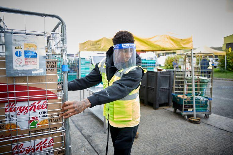 Manchester United-voetballer Marcus Rashford in actie voor de voedselbank. Beeld Mark Waugh