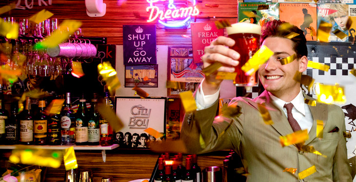 Zanger Douwe Bob openende tijdens het Eurovisie Songfestival in Stockholm zijn eigen bar. Het trok elke avond hordes oranjefans.
