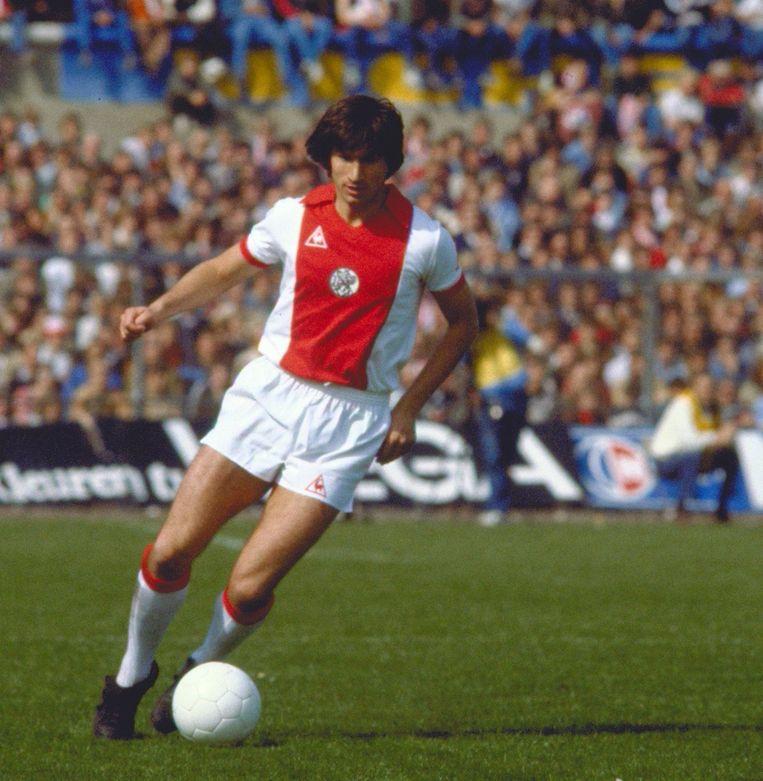 Archiefbeeld van La Ling. Hier nog in het shirt van Ajax tijdens de wedstrijd tegen PSV in 1982. Beeld null