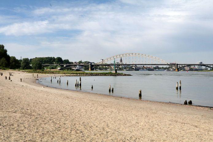Het Waalstrand bij Nijmegen is onder normale omstandigheden een geliefde chillplek bij mooi weer.