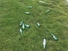 Vandalen gooien bierflesjes op sportvelden Glaspark in Leerdam: 'dit is levensgevaarlijk'