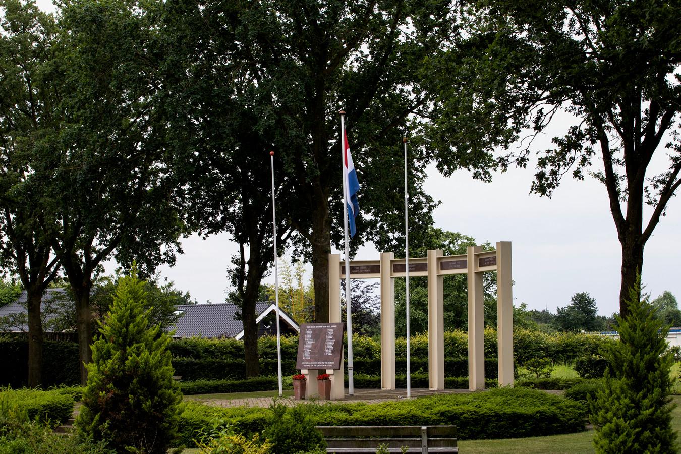 De vlaggen van Engeland en Duitsland zijn verdwenen bij het oorlogsmonument van Liessel, waar de Nederlandse nu alleen nog wappert.