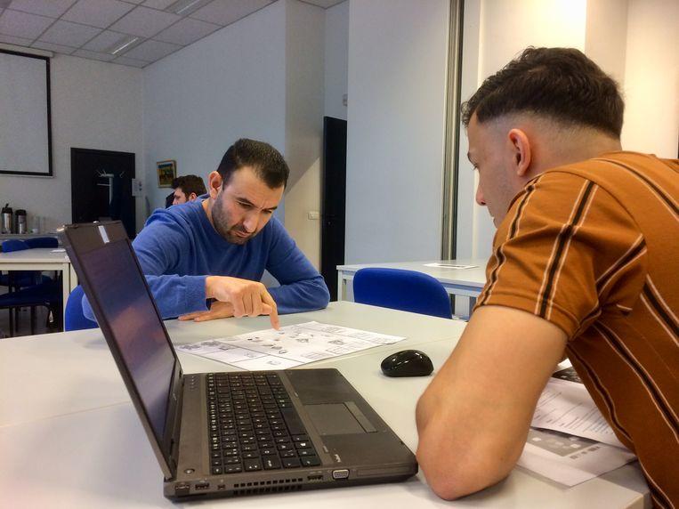 Een kandidaat, Ali El Marchouh, legt een van de testen af.