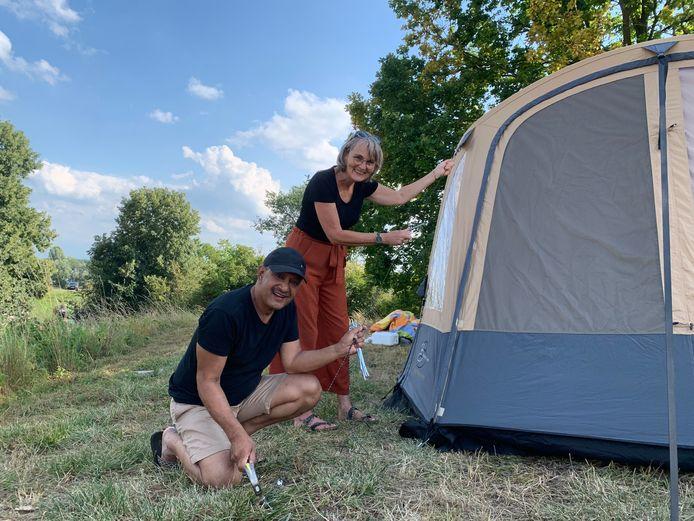 Henriette Dercksen (58) en haar man Noes Sohilait (61) uit Barneveld hadden een nieuwe tent gekocht en besloten deze op te zetten op een camping in Vuren.