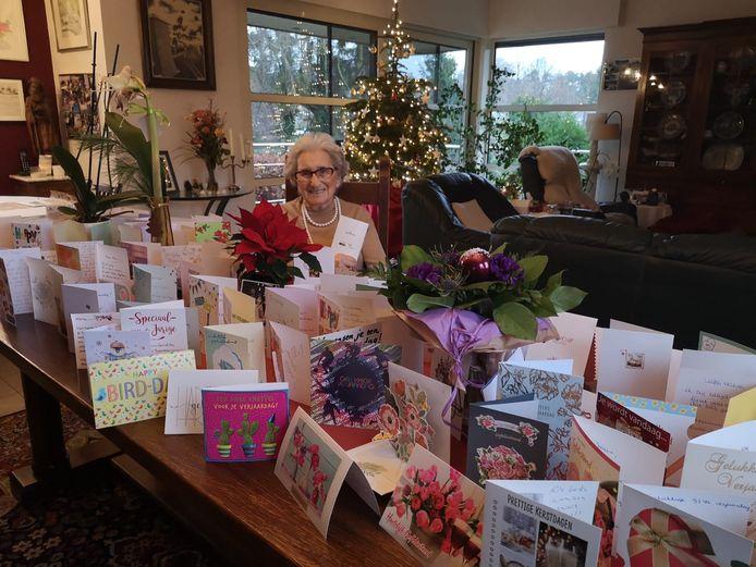 Maria Hendrickx ontvangt een massa verjaardagskaartjes na een oproep van haar kleinkinderen.