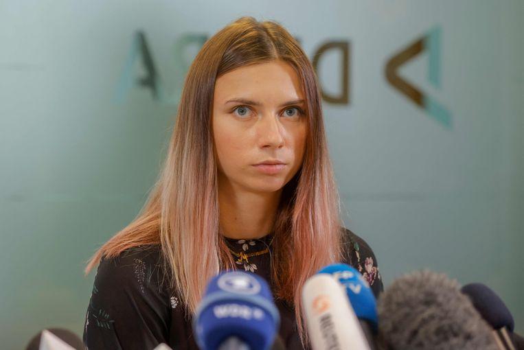 De Wit-Russische atlete Kristina Tsimanoeskaja geeft een persconferentie in Warschau. Beeld AFP