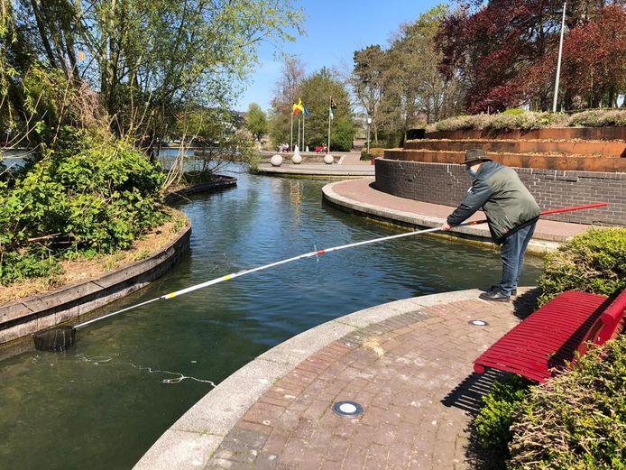 Het Wildlife Intervention Team Vlaams-Brabant redde de voorbije dagen dertien kuikens van de verdrinkingsdood in Zaventem. Eén van de medewerkers kroop zelfs in onderbroek het water in.